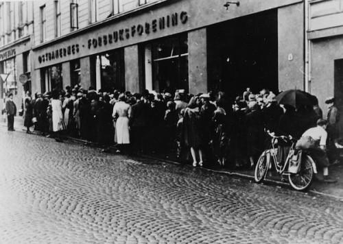 queue-black-white